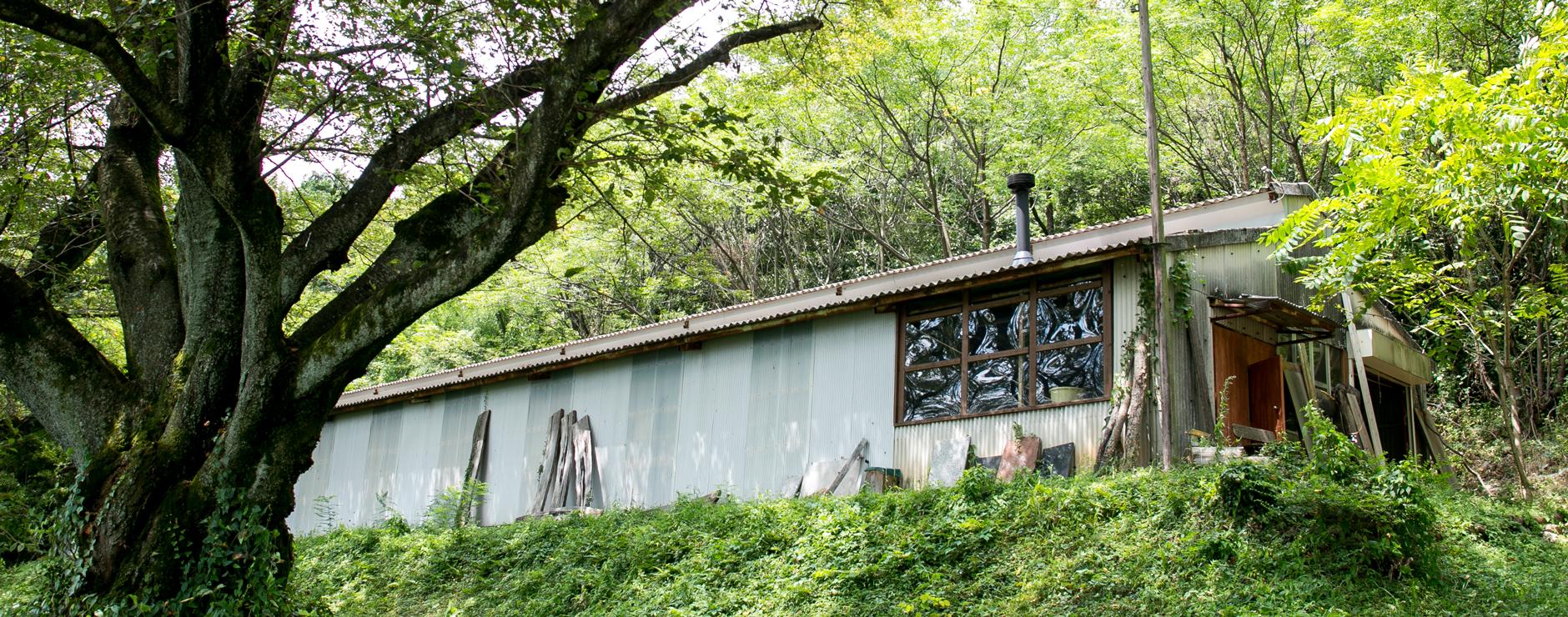 木の温もりを伝える…ひっそりと山麓に佇む木工所。