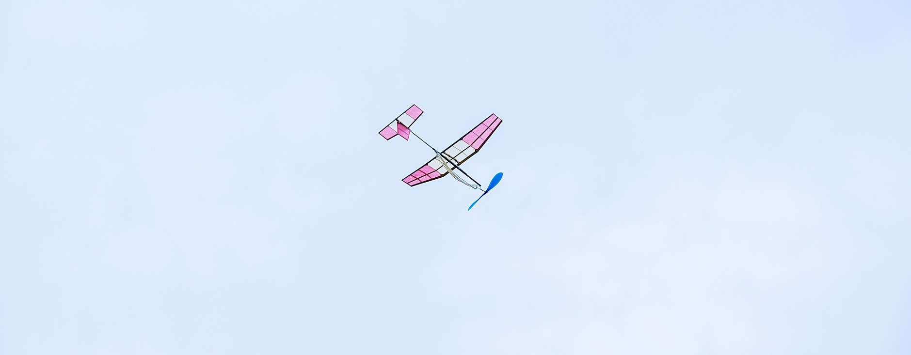 紙飛行機、思い想いに風に乗せ。